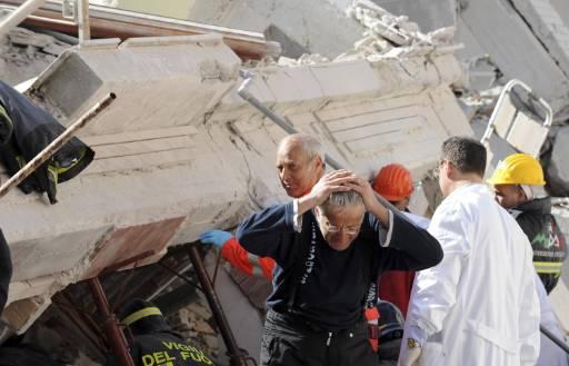 Мъж очаква да чуе новини за сина си, който е бил затиснат от срутена сграда в Акуила, едно от италианските градчета на 100 км североизточно от Рим, които пострадаха от земетресението в неделя през нощта. Мощно земетресение с магнитуд 5,8 по Рихтер и епицентър на 100 км северно от Рим разтърси Италия, най-малко 27 души са изброените загинали на сутринта. Броят им продължава да се увеличава. Много къщи, исторически музеи и други сгради са срутени. Снимка: Ройтерс