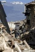 Италиански полицай ходи върху руини след земетресението в село Она, Италия. Снимка: Ройтерс