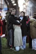 Уплашени хора се прегръщат след земетресението. Снимка: Ройтерс