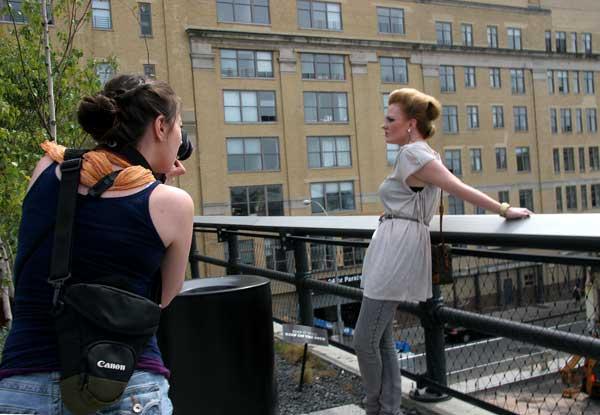 Фотографка прави фотосесия с приятелка-модел в най-новия нюйоркски парк, разположен на 3 етажа над земята върху естакадата на бивша жп линия. Снимка: Иван Бакалов