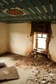 Стая с таван с орнаменти в една от изоставените къщи в Сив кладенец.