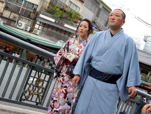 Двойка японци облечени в традиционни облекла, в старата част на Киото. Там могат да се видят много японци облечени с такива дрехи от миналото. Те най-често взимат облеклата под наем за ден. Снимка: Бистра Величкова