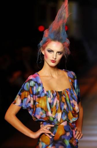 Манекенка представя модел от колекцията пролет-лято 2009 на Джон Галиано на ревю в Париж. Снимка: Ройтерс