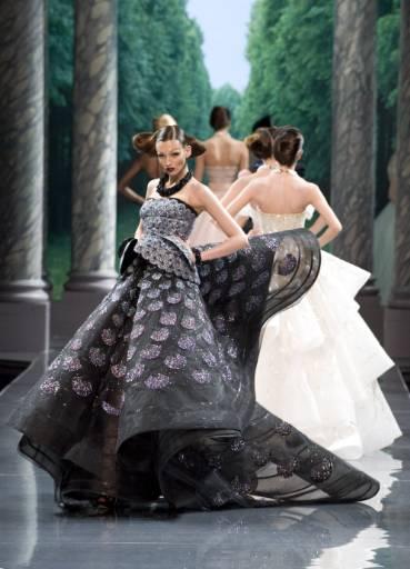 """Манекенки представят модели от колекцията висша мода есен-зима 2008/09 на британския дизайнер Джон Галиано за модна къща """"Диор"""" в Париж. Снимка: Ройтерс"""