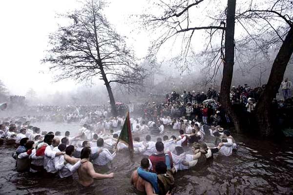 Стотици мъже се включиха в традиционното мъжко хоро в ледените води на река Тунджа в Калофер на Богоявление. Това е уникален местен ритуал, при хвърлянето на кръста в реката. Снимка: Impact Press Group