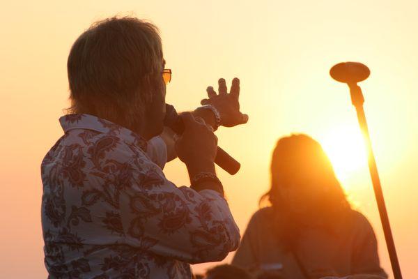"""Последният вокал на някогашната група """"Юрая Хийп"""" Джон Лоутън пее хита """"Джулай морнинг"""" на изгрев на 1 юли край каварненското село Камен бряг пред около 1000 души публика. Снимки: Иван Бакалов"""