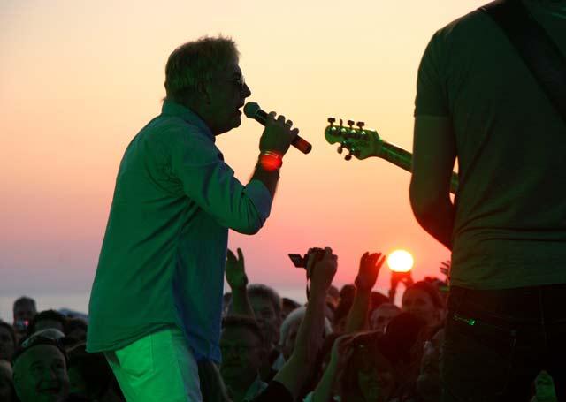 """Джон Лоутън, вокалист на """"Юрая Хийп"""", пее песента """"Джулай морнинг"""" на брега край с. Камен бряг на изгрева на 1 юли, заедно с група БТР. Снимки: Impact Press Group"""