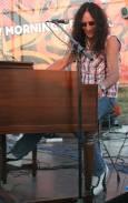 Кен Хенсли се забавлява, докато свири пред публика от 500-600 души край с. Камен бряг. Снимки: Иван Бакалов