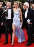Френският дизайнер Жан Клод Житроа, моделът Сара Маршъл и журналистът Анри Сание на червения килим. Снимка: Ройтерс