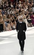 Германският дизайнер Карл Лагерфелд приема аплодисменти след представянето на колекцията си висша мода есен-зима 2008/09 в Париж. Снимка: Ройтерс