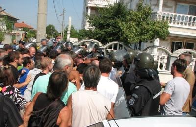 Хората от Катуница, удържани от жандармерията пред палата на Рашкови. Снимка: Под тепето
