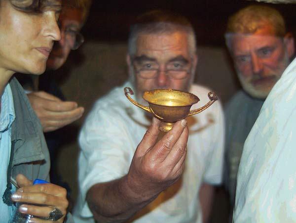 Георги Китов показва находки, след проникването в камерата на могилата Голяма Косматка през 2006 г. Снимка: архив e-vestnik