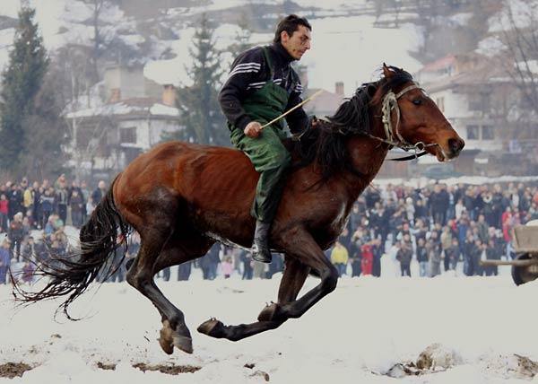 Ездач се надбягва в една от обиколките на състезанието на Тодоров ден. Снимки: Нели Томова