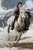 Конят Лиско и ездачът му взимат преднина. Снимки: Нели Томова