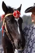 Ездач подготвя коня си за състезанието. Снимки: Нели Томова