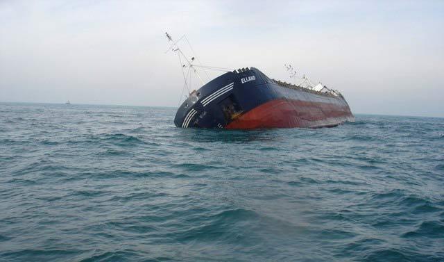 Потъващият край Дуранкулак кораб. Снимки: Impact Press Group