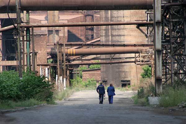Тук-там по улиците в пустия комбинат се появяват работници по двойки и изчезват. Снимка: Иван Бакалов