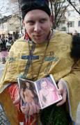 """Маскиран като поп мъж показва """"библията"""" си, съдържаща само еротични снимки. Снимка: Нели Томова"""