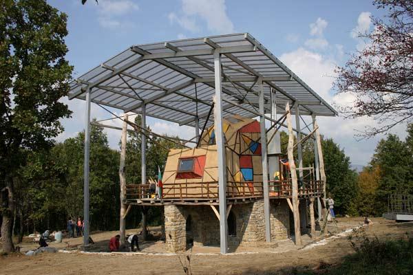 Къщата-скулптура е покрита с прозрачен покрив, който донякъде разваля впечатлението от творбата на Павел Койчев. Снимки: Иван Бакалов