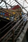 Само една дървена стълба води до горния етаж. Снимки: Иван Бакалов