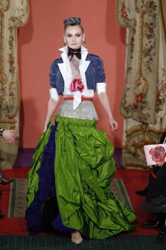 Манекенка дефилира с модел от колекцията висша мода пролет-лято 2009 на френския дизайнер Кристиан Лакроа. Снимка: Ройтерс