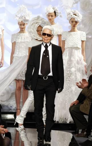 """Немският дизайнер Карл Лагерфелд получава поздравления след представянето на колекцията си висша мода пролет-лято 2009 за модна къща """"Шанел"""" в Париж. Снимка: Ройтерс"""