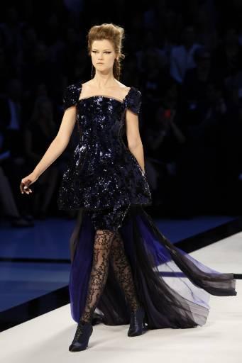 """Колекция висша мода есен-зима 2009-2010 на германския дизайнер Карл Лагерфелд за френската модна къща """"Шанел"""" на прегледа на модата в Париж. Снимка: Ройтерс"""