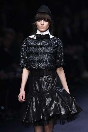 Манекенка представя модел на немския дизайнер Карл Лагерфелд от неговата есенно-зимна колекция  за жени 2008-2009 на модното шоу в Париж. Снимка: Ройтерс