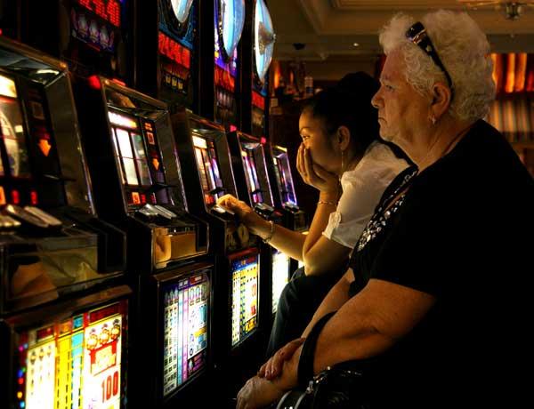 Възрастна жена играе на игрален автомат. Снимка: Иван Бакалов