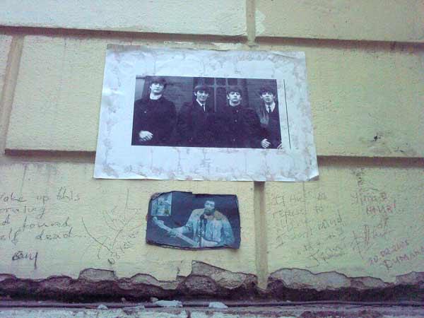 Стената на Джон Ленън на гърба на бившия нотариат в София и до днес е място, където се пишат лозунги и лепят плакати на починали поп и рок звезди. Снимки: e-vestnik