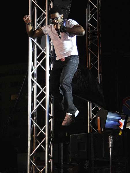 Лекстър скача от озвучителните колони на концерта в София в неделя. Снимка: Булфото