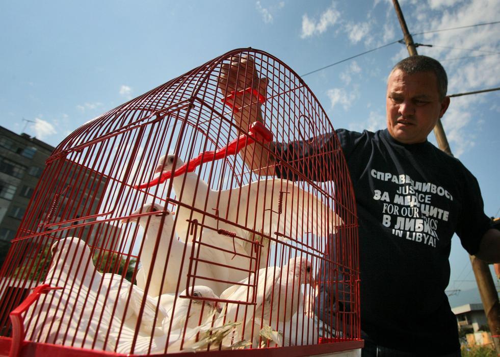 Варненецът Росен Марков, активен защитник на сестрите, който често седи пред либийското посолство, пусна от клетка 7 бели гълъба след потвърждаването на присъдите. Снимки: Валентина Петрова