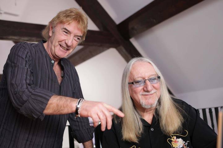 """Английските рок динозаври Джон Лоутън (вляво) и Мик Бокс от състава """"Юрая Хийп"""", в сцена от филма. Снимки: официален сайт на продукцията Love.net"""