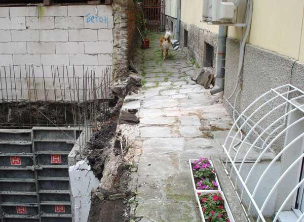 Снимка от началото на строителството показва, че основите на 5-етажната сграда се намират на по-малко от 2 м разстояние от съседната 5-етажна сграда. Снимка: Булфото