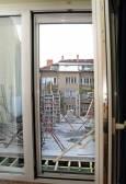 През прозореца на съседната сграда се вижда колко близо ще е отсрещната - въпреки че фотографът е използвал широкоъгълен обектив, който прави обектите по-отдалечени в дълбочина. Снимка: Булфото