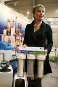 Участничка в изложението демонстрира система за домашно филтриране на вода. Цена: 145 лв.