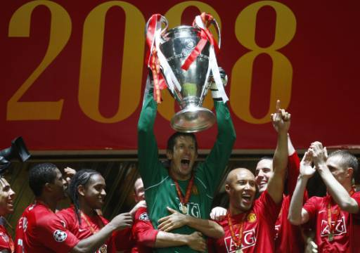 """Вратарят на """"Манчестър Юнайтед"""" Едвин ван дер Саар, който спаси дузпа и реши изхода на мача, вдига купата. Снимка: Ройтерс"""