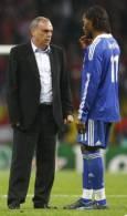 """Треньорът на """"Челси"""" Аврам Грант разговаря с Дидие Дрогба в почивката на продълженията. Малко по-късно Дрогба получи червен картон за удар без топка. Снимка: Ройтерс"""
