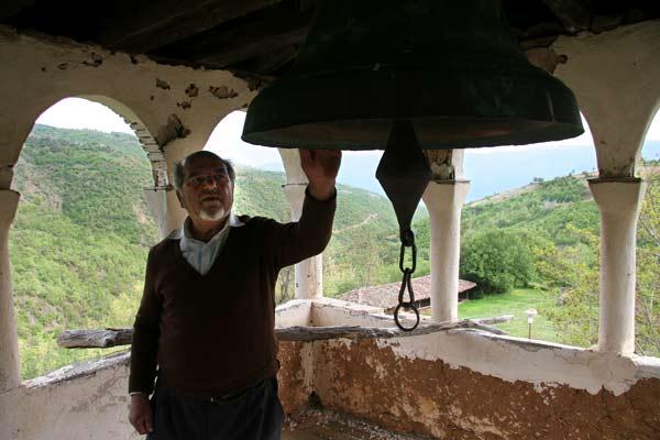 Отец Кирил показва камбаната, отлята 1907 г. Снимка: Иван Бакалов
