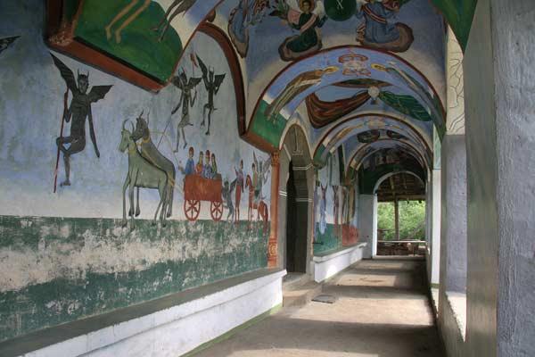 Сводовете пред входа на манастира, където са изрисувани сцените от Страшния съд с дяволите. Снимка: Иван Бакалов