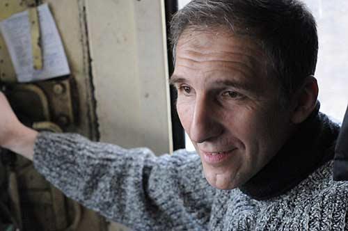 Петър Каменов в кабината на 30-годишния локомотив
