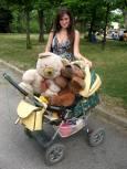 Някои возеха плюшените си мечета в бебешки колички. Снимка: авторката