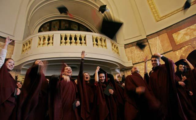 Дипломираните доктори от първия випуск на Медицинския факултет на Софийския университет си хвърлят шапките. Снимка: Impact Press Group