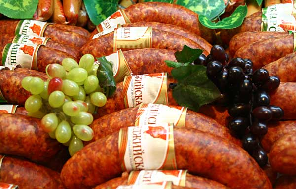 Пикантни наденици, аранжирани с изкуствено грозде. Снимки: Нели Томова