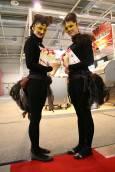 Момичета с пера рекламират продукти от щраусово месо. Снимки: Нели Томова