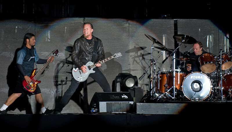 От ляво на дясно - басистът на Металика Робърт Трухильо, който наскоро замени напусналия групата Джейсън Нюстед, вокалът Джеймс Хетфийлд и барабанистът Ларс Улрих. Снимка: Булфото