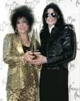Майкъл Джексън се снима със своята близка приятелка актрисата Елизабет Тейлър на Международните музикални награди в Лос Анжелис през 1993-та година. Снимка: Ройтерс