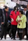 Майкъл пристига в съда в Санта Мария, придружаван от баща си Джо Джексън и майка си Катрин на 14-и март 2005-а година. Снимка: Ройтерс