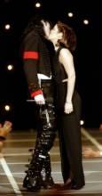Наскоро оженените Майкъл Джексън и Лиза Мари Пресли се целуват на сцената на 11-ите годишни награди на MTV в Ню Йорк на 8-ми септември 1994-та година. Снимка: Ройтерс