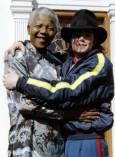 Южноафриканският президент Нелсън Мандела (вляво) и Майкъл Джексън се прегръщат за снимка пред президентския дом в Кейптаун на 20-ти юли 1996-а година. Снимка: Ройтерс